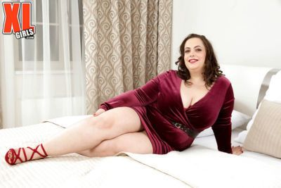 European BBW Mia Sweetheart baring huge tits and shaved pussy in high heels